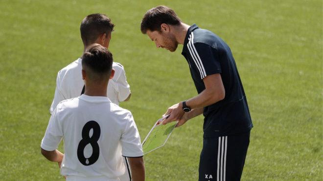 Xabi Alonso, dando instrucciones a los jugadores del Infantil A.