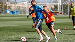 Benzema se lleva un balón ante Marcos Llorente en el entrenamiento de...