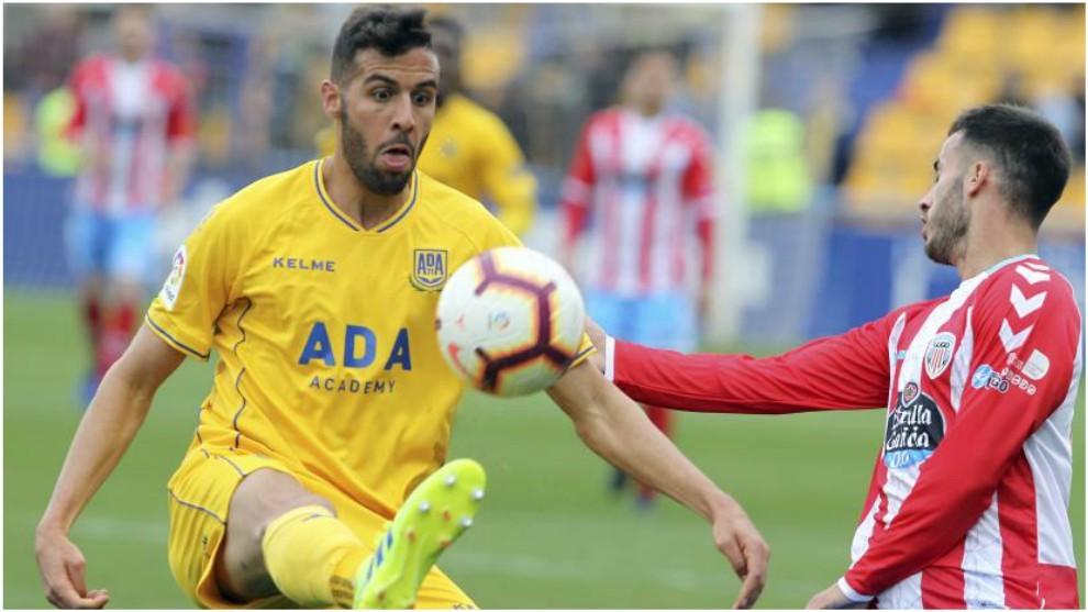 Burgos, con el balón en el partido ante el Lugo