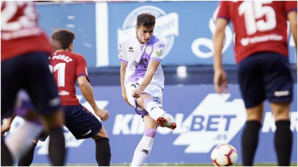 Nacho, con el balón, en el partido ante Osasuna