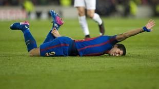 Luis Suárez se queja del tobillo izquierdo durante un partido.