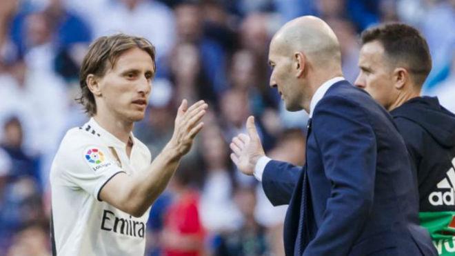 Modric y Zidane se saludan duante un cambio.