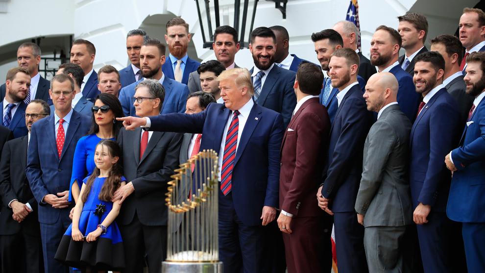 Donald Trump posó con la franela de los Red Sox y el trofeo de la...