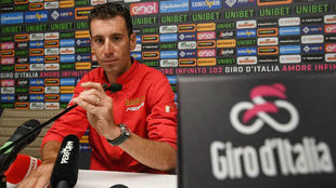 Vincenzo Nibali, este jueves en una conferencia de prensa en Bolonia.