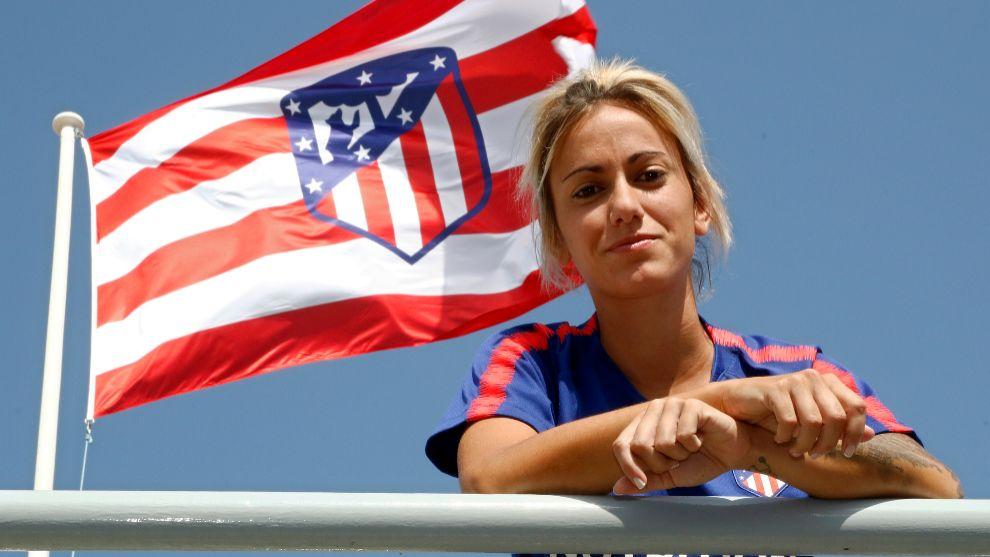 Ángela Sosa posa delante de la bandera que hondea en el Wanda...
