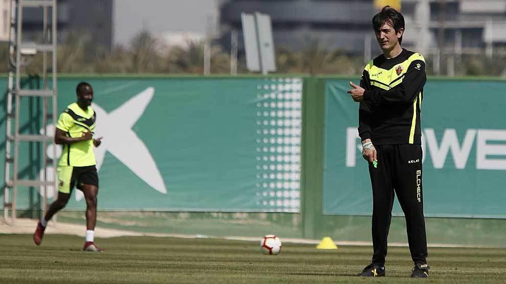 Pacheta señala a Neyder Lozano durante el entrenamiento del...