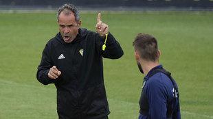 Álvaro Cervera se dirige a sus jugadores en el entrenamiento de este...