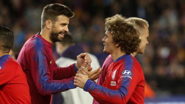 Piqué saluda a Griezmann en el último Barça-Atleti.