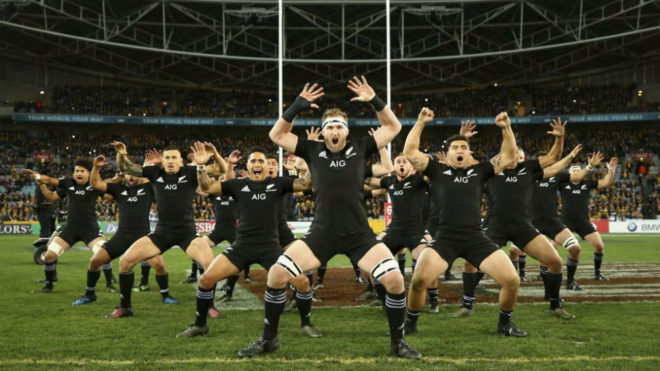 Los All Blacks realizan la Haka.