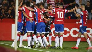 Los jugadores del Granada celebrando el segundo gol del partido.