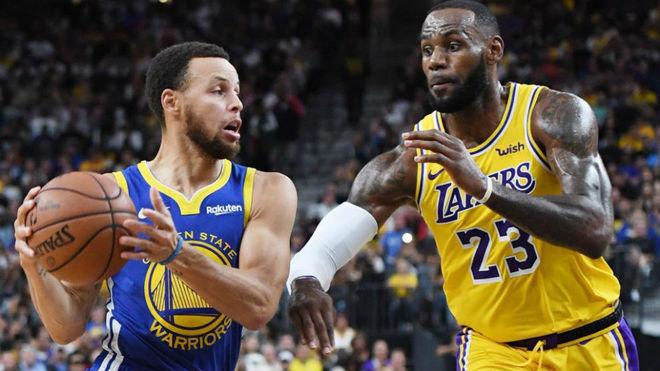 LeBron James y Stephen Curry en uno de sus duelos esta temporada