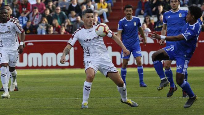 Dani Torres controla un balón durante un partido ante el Oviedo.