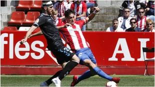 Vieira y Pablo Pérez luchan por hacerse con el balón