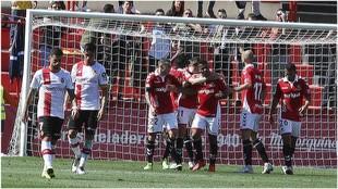 Los jugadores del Nástic abrazan a Uche celebrando el gol que marcó...