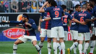 Neymar, con su cinta en el pelo y celebrando el gol 'a lo...