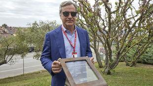 Carlos Sainz, junto a al placa conmemorativa