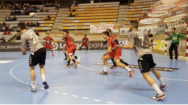 Un momento del partido entre el Huesca y el Ciudad Encantada /