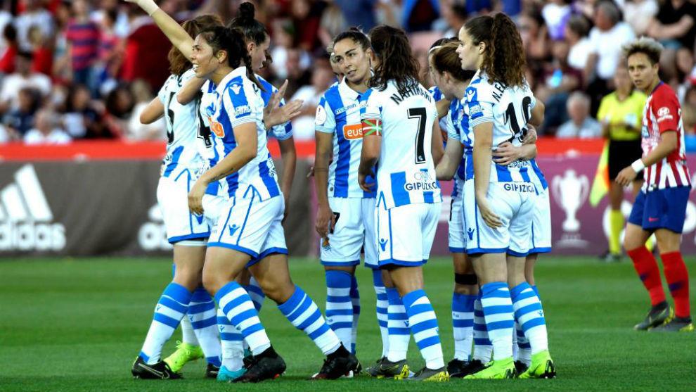 Las jugadoras de la Real Sociedad celebran un gol en Los Cármenes.