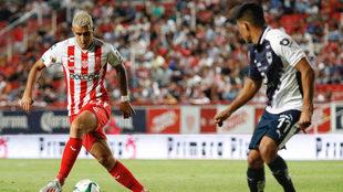 Rodrigo Contreras controla el esférico.
