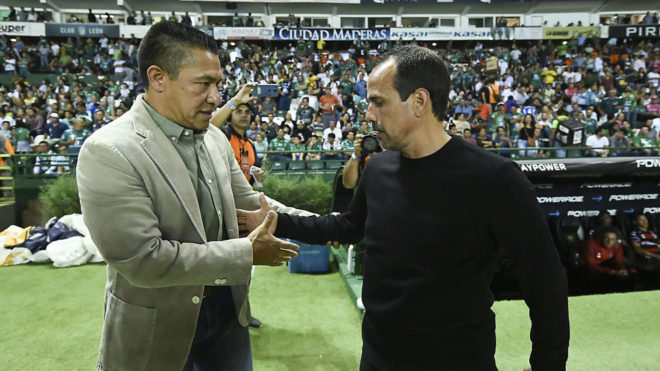 El colombiano saluda a Ambriz previo al partido.