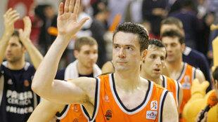 Tomasevic saluda al público de La Fonteta