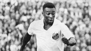 Pelé, en un partido con el Santos.
