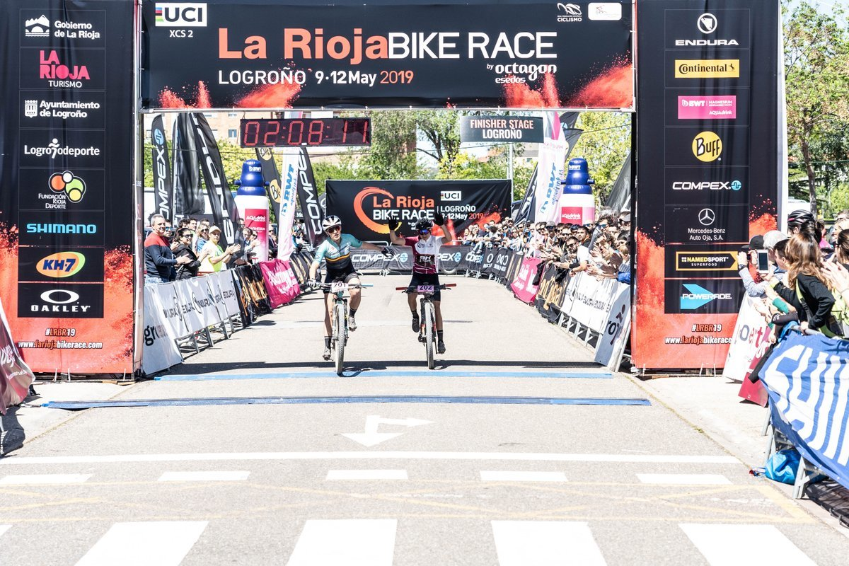 Claudia Galicia y Rocío del Alba García entran en meta.