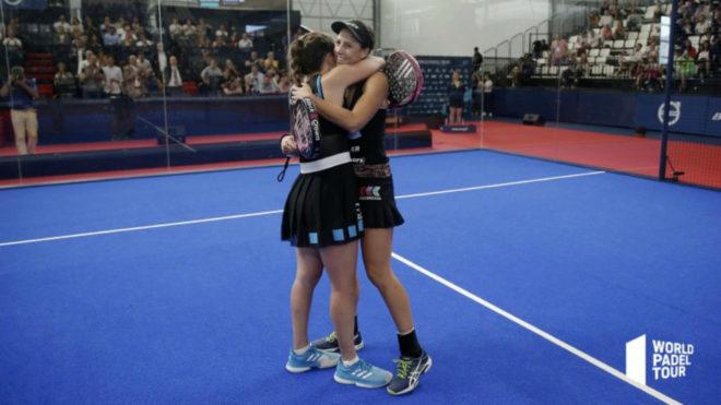 Marta Marrero y Marta Ortega se abrazan tras granar el partido.