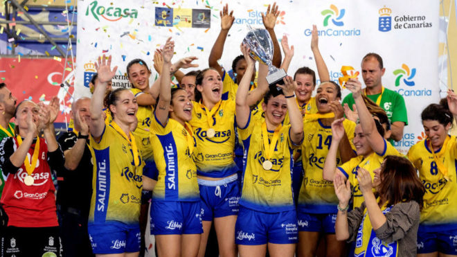 Las jugadoras del Rocasa con el trofeo de campeonas de la Copa...