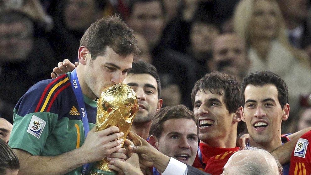 Casillas recibe la copa del mundo en Sudáfrica.