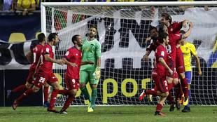 Los jugadores de Osasuna celebran un gol en el Ramon de Carranza hace...