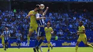 Kecojevic le gana un balón aéreo a Quique González en Riazor