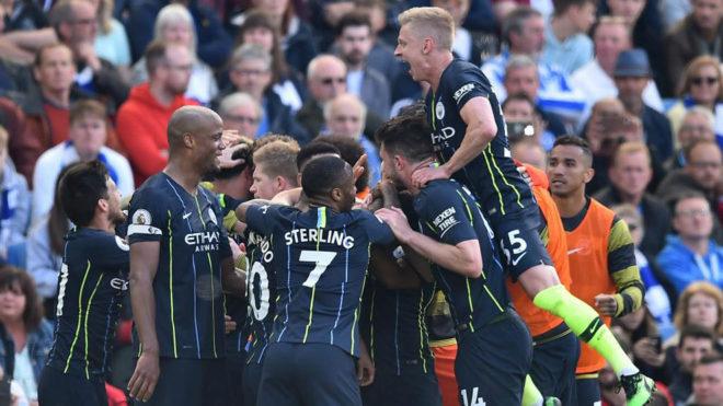Los jugadores del City celebran uno de sus goles.