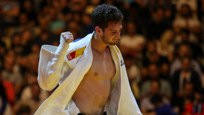 Niko Shera celebra el bronce en el Grand Slam de Bakú.