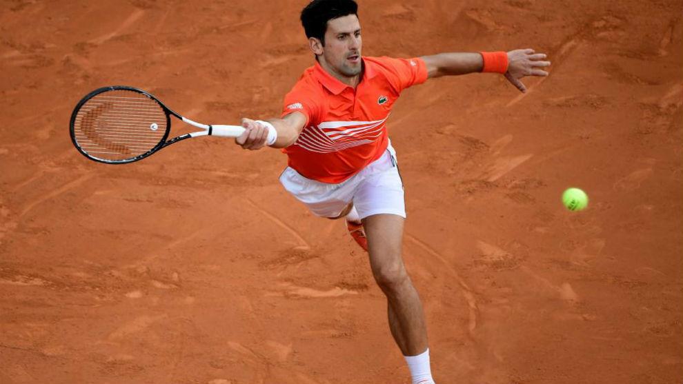 Djokovic intenta llegar a una pelota