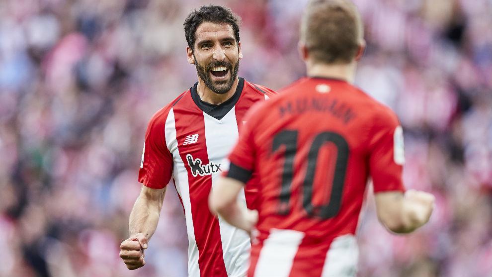 Raúl García e Iker Muniain celebran el primer tanto del Athletic...
