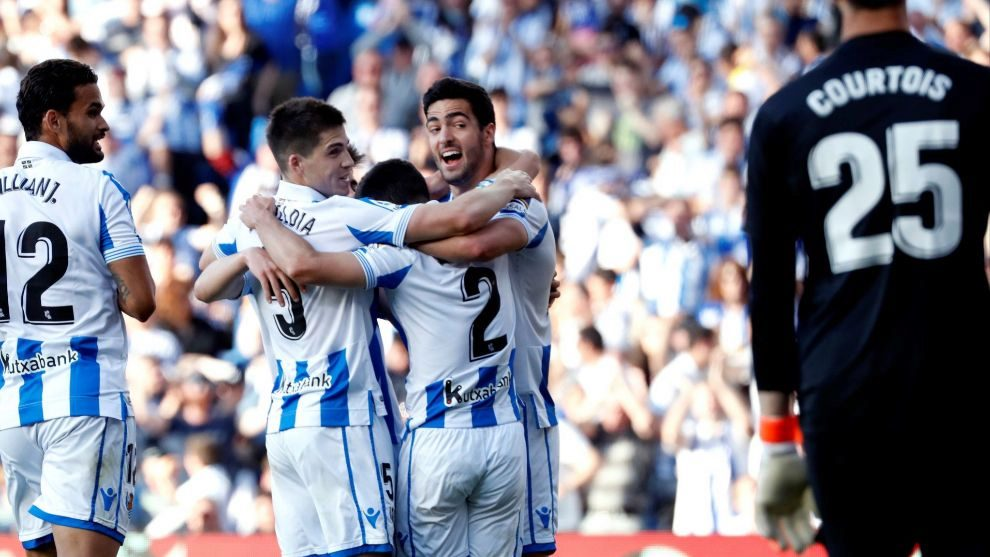 Los jugadores de la Real celebran un gol con Courtois en segundo plano