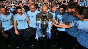 Guardiola besa el trofeo que le acredita como ganador de la Premier
