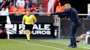 Abelardo hace indicaciones durante el partido disputado en Mestalla.