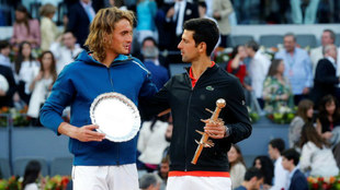 Tsitsipas y Federer se saludan en el podio