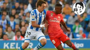 Vinicius pugna por un balón con Oyarzabal.