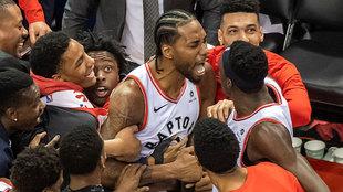 Kawhi Leonard celebra la canasta ganadora ante los Sixers