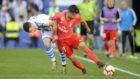 Brahim se lleva un balón ante un defensor de la Real Sociedad.