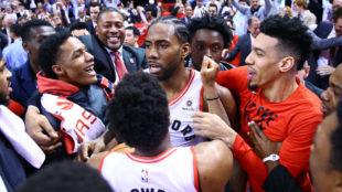 Los jugadores de los Raptors felicitan a Kawhi Leonard