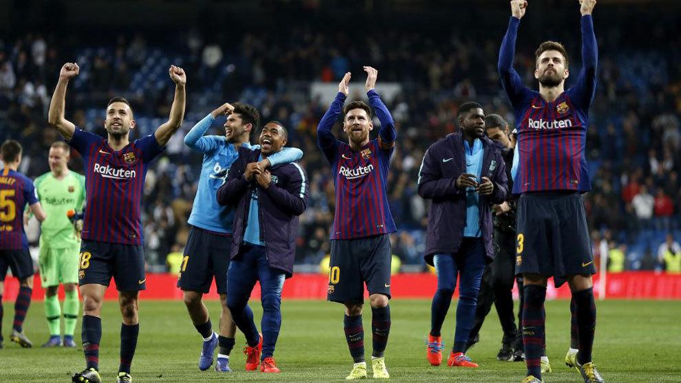 Los jugadores del Barça celebran una victoria en el Santiago...