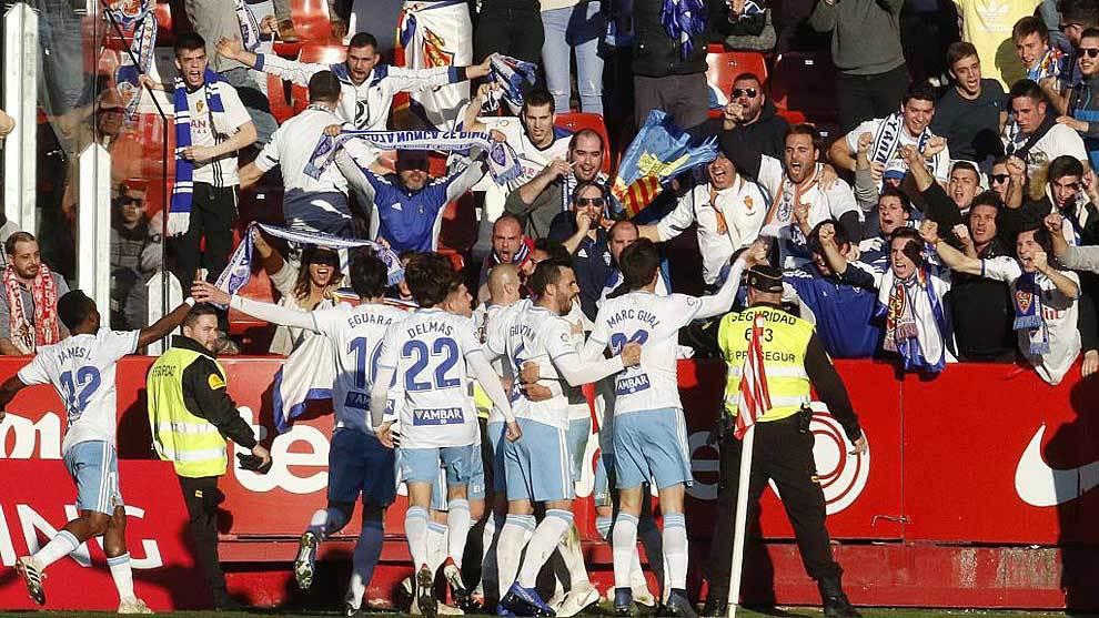 Los jugadores del Zaragoza celebran uno de sus dos goles en El...