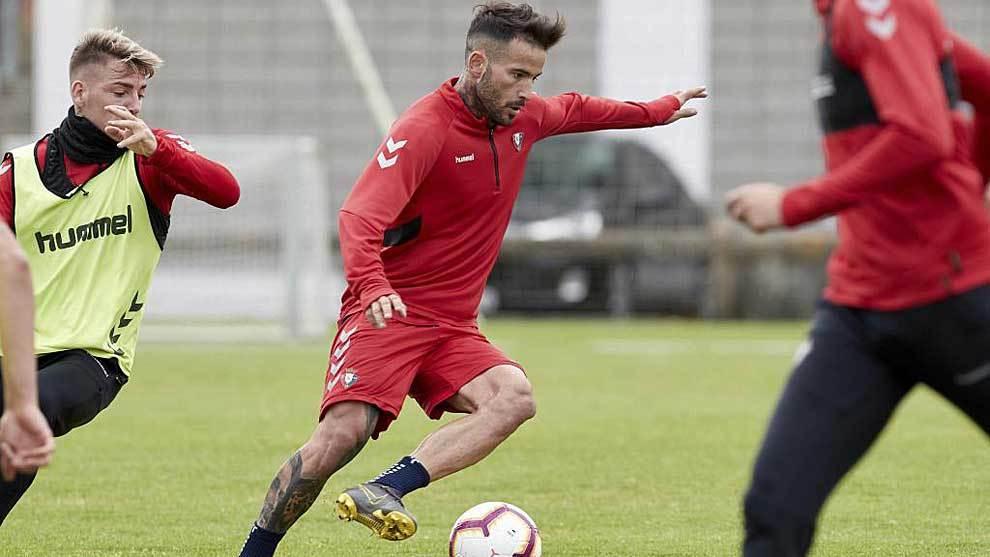 Rubén García conduce el balón en el entrenamiento ante Brandon...