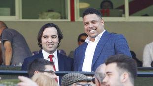 Ronaldo Nazario junto a Martín Presa, en el palco del estadio de...