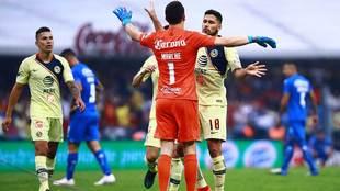 Agustín Marchesín es felicitado al finalizar el partido de vuelta de...