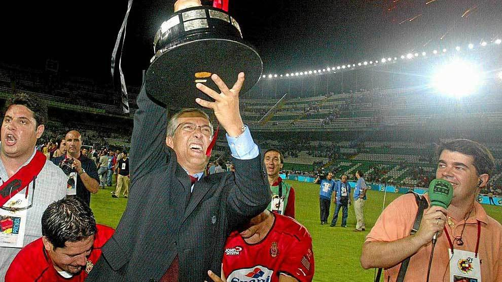 Gregorio Manzano levanta en el Martínez Valero el trofeo como...